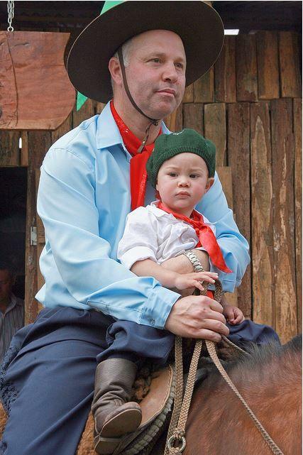 Pai gaúcho leva seu filhinho consigo.