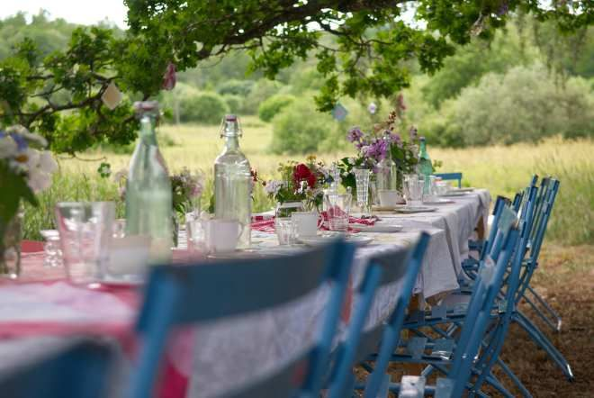 Midsommarafton | Midsummer's Eve at Björkåsa. A garden party with coffee and cake under the old oak tree