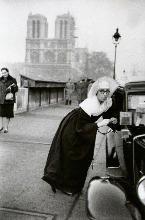 Paris, 1953 • Marc Riboud.  Une soeur de Saint-Vincent de Paul drague gentiment un chauffeur de taxi qui, par chance, est libre.