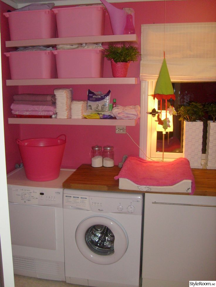 Rosa tvättstuga med öppna hyllor