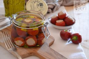 Peperoncinci tondi ripieni di tonno, antipasto piemontese a base di verdura, tonno, acciughe, capperi, in olio extra vergine di oliva per Ortoqui.