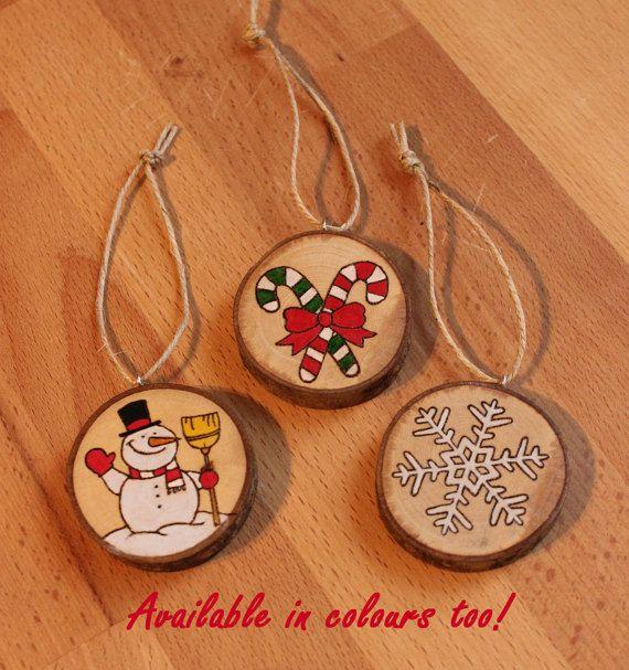 Queste decorazioni natalizie sono perfette da appendere al tuo albero di Natale oppure da abbinare come decorazione per i tuoi regali!E possibile richiedere anche una personalizzazione! Il diametro è di circa 5/6cm.