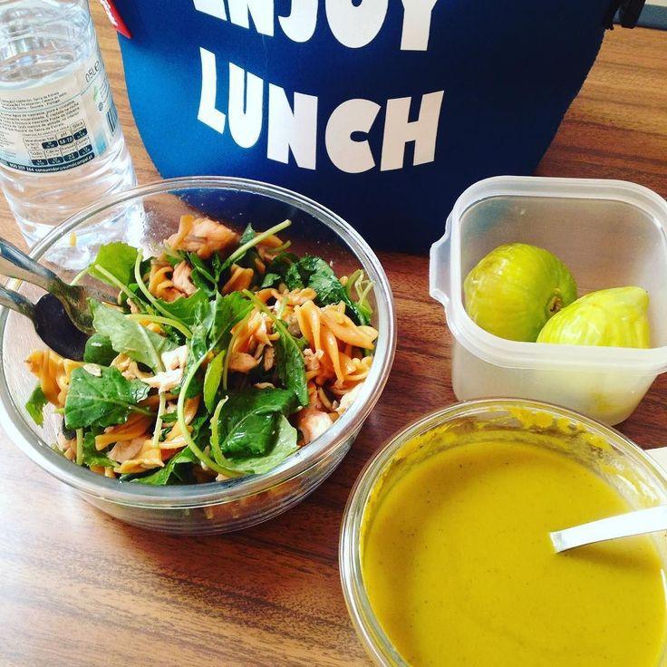 """De volta ao trabalho de volta à marmita :) Creme de cenoura espinafres salada de """"baby kale"""" com salmão grelhado e massa de lentilhas. Para a sobremesa figos apanhados ontem da árvore! #food #marmita #backtowork"""