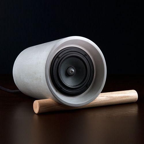 Jack concrete speaker. Ça me rappelle une petite création improvisée dans ma jeunesse : un haut parleur inséré dans un petit pot de fleur en terre cuite rouge ...