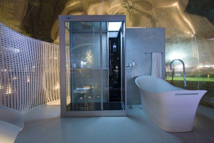 """No Loft Bolha, projetado pelo arquiteto e designer Léo Shetman, o banheiro segue a estética minimalista da """"bolha"""", baseada nos conceitos de arquitetura efêmera, que se adapta a qualquer ambiente. Nos elementos estruturais do espaço, predominância do branco como nas louças do banheiro"""