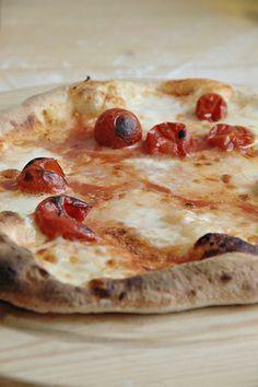 Questo impasto è davvero fantastico e il risultato che si ottiene è una pizza come quella della pizzeria, sottile , con il bordo alto