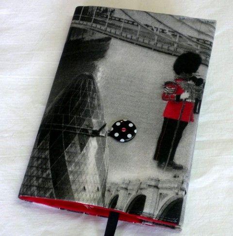 Obal na knihu ,,Londýn I.'' červená obal černá puntík knížka pouzdro černobílé anglie voják londýn na knihu metropole big ben hlavní města telefenní budka