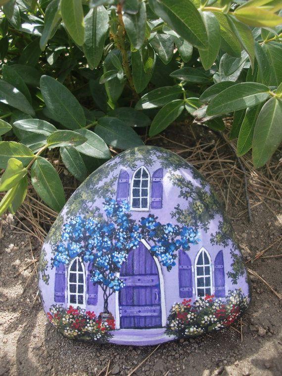 Maison mauve peinte sur galet