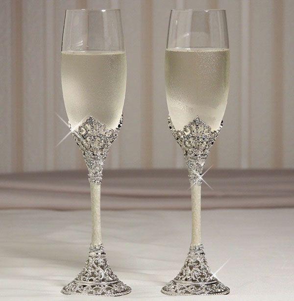 Noiva que é noiva não se esquece dos detalhes, não é mesmo? Então hoje vamos tentar ajudar vocês com ideias para as taças personalizadas para casamento, que estão super em alta. Muitas noivas vem optando por taças personalizadas para dar um...