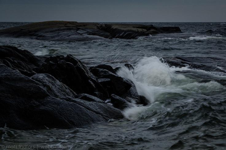 White wave & black cliff| Mats Lindfors | Webbkusten Photography