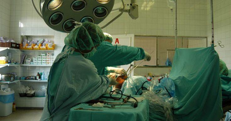 """A recuperação da cirurgia de fístula. A Universidade do Sistema de Saúde de Michigan define uma fístula anal como """"um túnel anormal entre o canal anal e a camada externa de pele do ânus"""". Fístulas podem ser bem dolorosas, causando sangramentos, coceiras e dor no reto. Elas são usualmente o resultado de uma constipação. A cirurgia de fístula é por vezes requerida se a fístula anal não ..."""