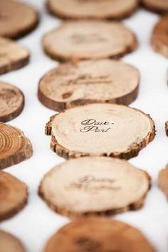 温もりのある切り株の席札は冬の結婚式にピッタリ♡冬の結婚式のエスコートカード・席札を集めました♡