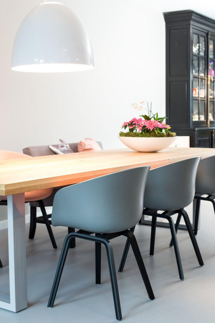 Binnenkijken bij een nieuwbouwhuis met oude buffetkast in combinatie met moderne stoelen van HAY.