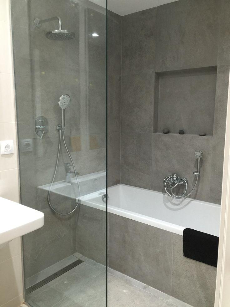 Baño con bañera y ducha pavimento continuo, sumidero decorativo lineal. separador de vidrio. Lavabo suspendido #catalano