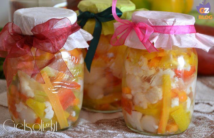 Giardiniera, conserva di verdure fatta in casa, con cavolfiore, carote, peperoni, cipolline. Metodo semplice e spiegazione sterilizzazione vasetti in vetro.