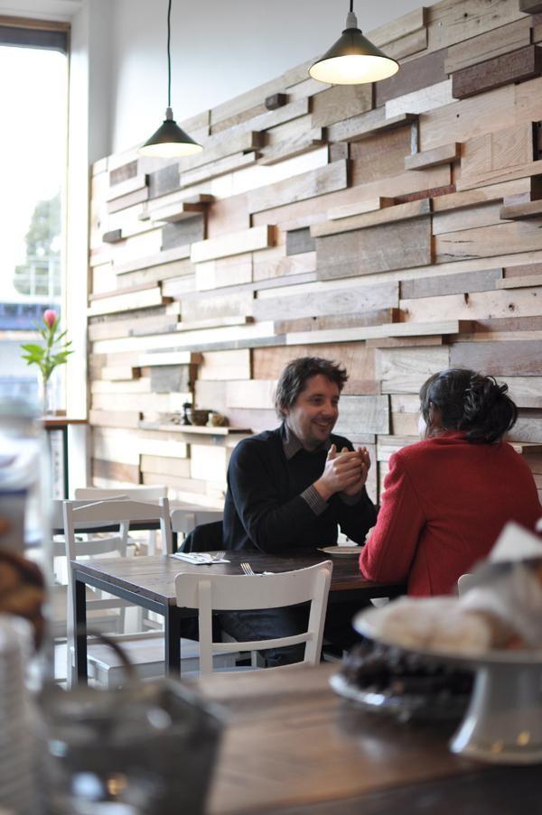 En Melbourne, la diseñadora Anne-Sophie Poirier, del estudio Sasufi, ha realizado el interiorismo del Slowpoke Cafe, creando un muro de madera reciclada proveniente de los desechos de los carpinteros de la zona: