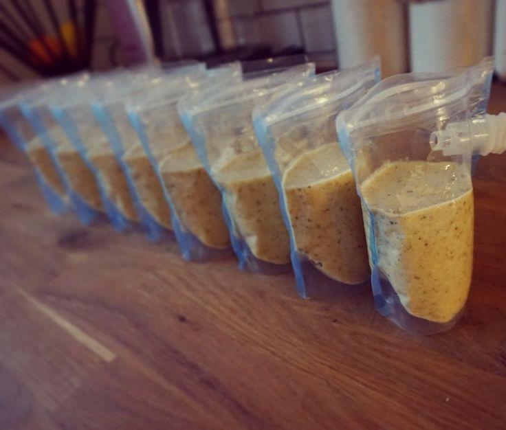 Grötsmoothies är något vi alltid har hemma i frysen. Perfekt som mellis, speciellt när man är ute på vift! Här är en variant med mango & päron.  Du behöver: 3,5 dl malda havregryn 2,5 dl malda pumpafrön 4dl havredryck 3st päron 2dl frusen mango Gör såhär: Lägg havregryn, malda pumpafrö
