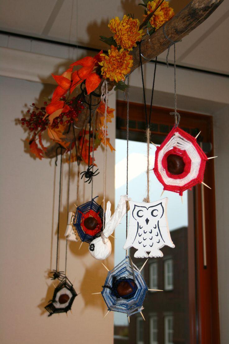 Herfstversiering aan onze 'thematakken' door stamgroepouders met zelfgemaakte spinnenwebben groep 3,4,5