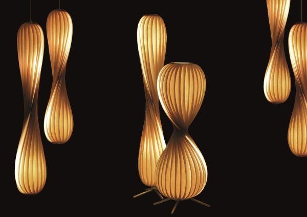 Le designer danois Tom Rossau conçoit et produit ses luminaires au sein de son atelier à Copenhague depuis 2004.
