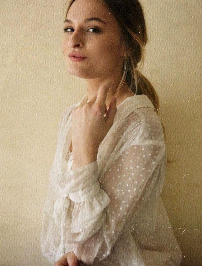 Entre volume subtilement vaporeux et plumetis immaculé, cette blouse Free People a tout bon ! (Christie Tyler)