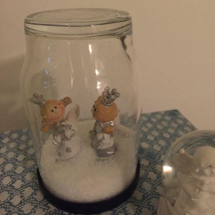 """Snekugle.. Konservesglas(eller blot glas m låg).. Figur sættes fast i låget (enten med limpistol eller""""elefantsnot""""),.. Sne (eller sukker) hældes i glasset, låg sættes/skrues på.  Vupti.. Sneugle"""