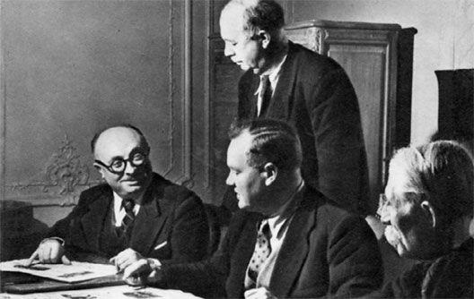 De gauche à droite, Marcel Cachin, Maurice Thorez, André Marty (debout) et Jacques Duclos