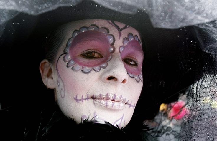 El maquillaje fue uno de los elementos que más color imprimieron al desfile inaugural del FITB. Foto: Leonardo Muñoz / EFE