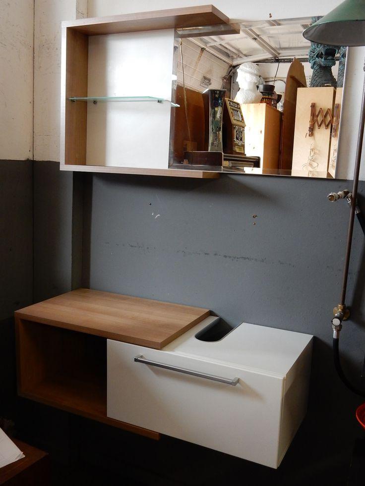Te koop een z.g.a.n. badkamermeubel. Het meubel bestaat uit 2 losse delen, een bovenkastje met spiegel en een onderkast waar u een wasbak op kan monteren. De afmetingen van de bovenkast zijn 54.5 cm hoog, 98.5 cm breed en 15 cm diep. De onderkast is 33 cm hoog, 98.5 cm breed en 38 cm diep. De afmeting van de inham voor aansluiten wasbak is van de muur gerekend ongeveer 25 cm. Prijs € 75.00.