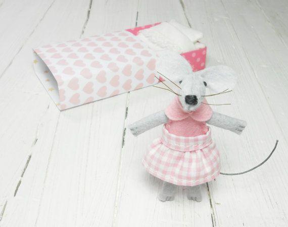 Small felt animals pink felt mouse hand made doll mouse #dollinmatchbox #mouseinabox #matchbox #miniaturebed #stuffedmouse #feltedmouse #atelierpompadour