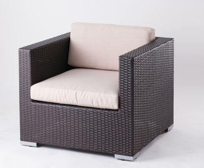 サンパウロ シングル/ サンパウロ シングル 、屋外でも使用なソファです。直線的なシンプルデザインです。 クッションファブリックには撥水加工を施し、高級感漂うベージュ色を採用いたしました。 一つでも存在感はかなりありますが、サンパウロL型ソファーセットと組み合わせてお使いになると、アウトドアリビング感がぐっとでます。/It is a sofa outdoor use. It is simple, linear design. Water-repellent processing in the cushion fabric, we have adopted a beige upscale. There are quite a presence in one, but when it comes to your in combination with L-shaped sofa Sao Paulo set, outdoor living feeling comes out much.