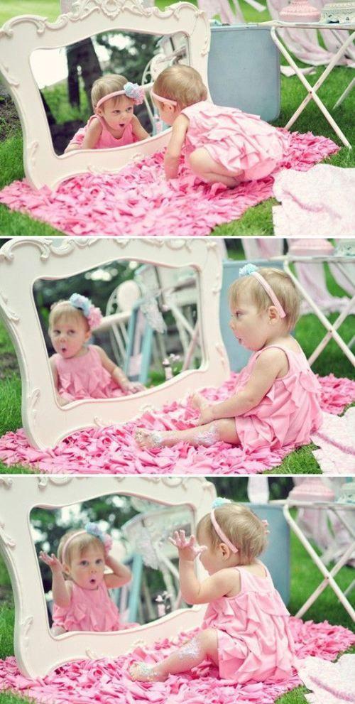 Une petite princesse se découvre dans une glace : miroir, gentil miroir, dis moi qui est la plus belle ?  C'est toi ma princesse ;-) Nougatine, inspiration collection Princesse, berceau et couffin