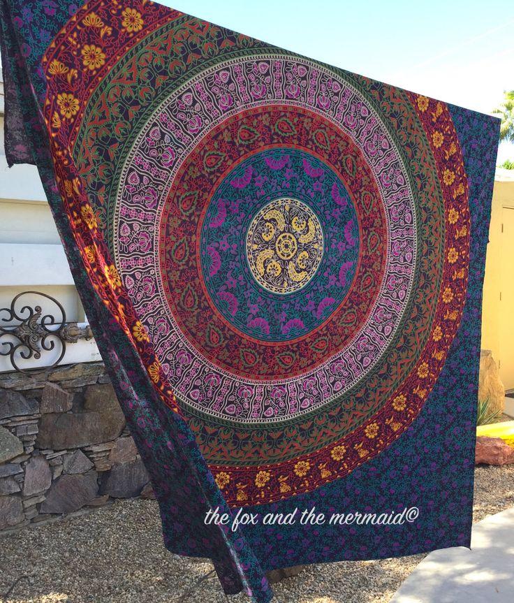 Drap lit ou tapisserie de mur magnifique mandala rose, bleu, vert, rouge et jaune. Cette fiche magnifiquement imprimé tapisserie convient également pour un lit queen-size. Ces tapisseries indiennes ont de nombreuses utilisations en plus de la Tenture murale et la literie. Ils peuvent également être utilisés comme couverture de plage, tapis d'yoga, tapis de méditation, nappe, plaid... la liste est sans fin. Vous allez adorer votre mandala!  Ces feuilles de boho font également dexcellents…