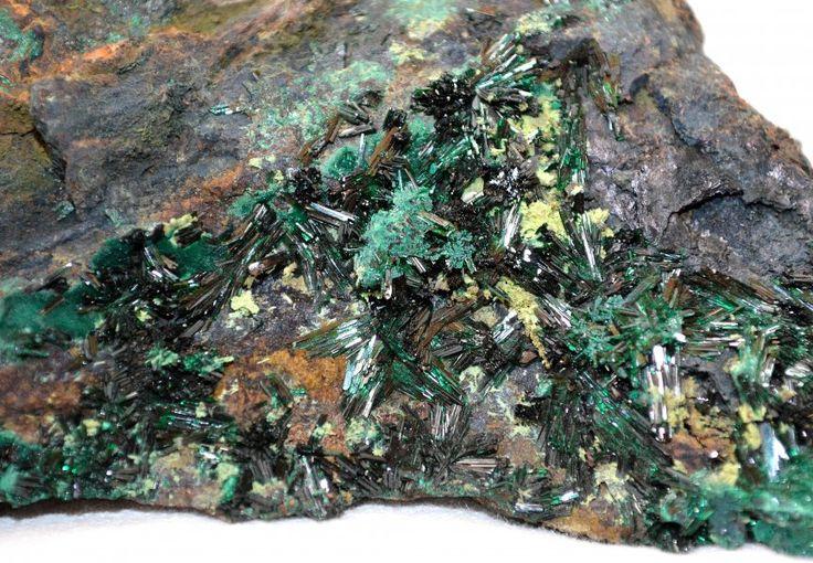 Atakamit, üzerinde küçük kristalleri olan bir mineraldir. Koyu yeşil ve koyu turkuaz renklerde bulunan bu değerli taş, meditasyon amaçlı kullanılır. http://www.degerlitaslar.gen.tr/atakamit-tasi-atacamite-mineral.html
