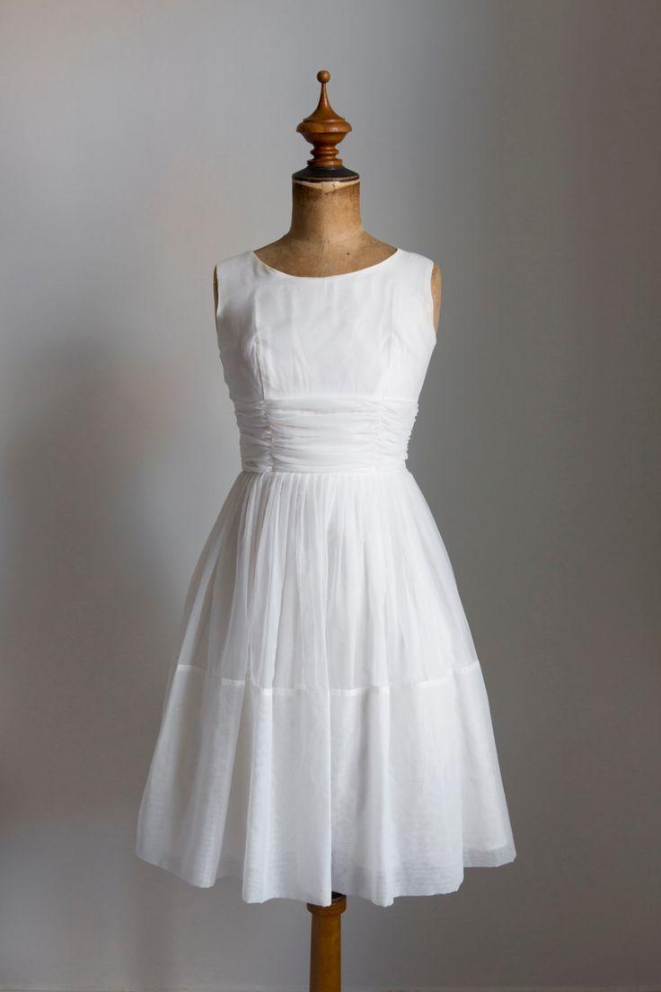☾ Vintage jaren 1950 Organza partij jurk ☽  Dromerige crème gekleurde chiffon trouwjurk uit de jaren 1950. Het is mouwloos, gemonteerd op de