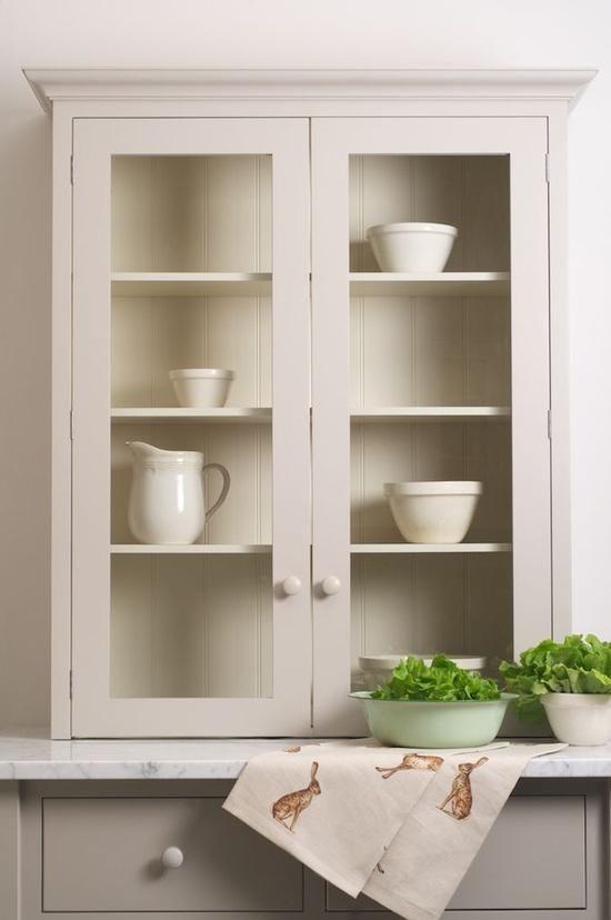 Nice glazed kitchen cupboard and backing  Para la cocina. Me gusta el armario vidriado