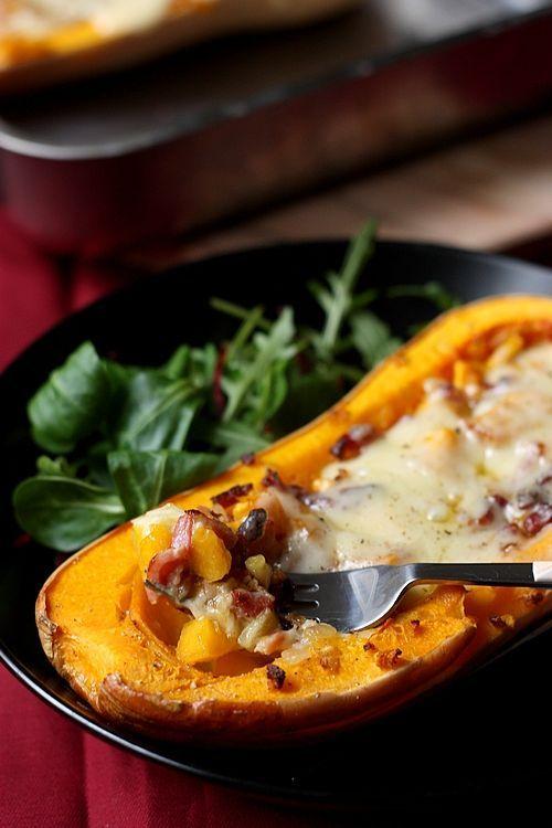 Une délicieuse recette de courge butternut rôtie au four, garnie aux oignons, lardons et beaufort. Un plat idéal pour l'automne.