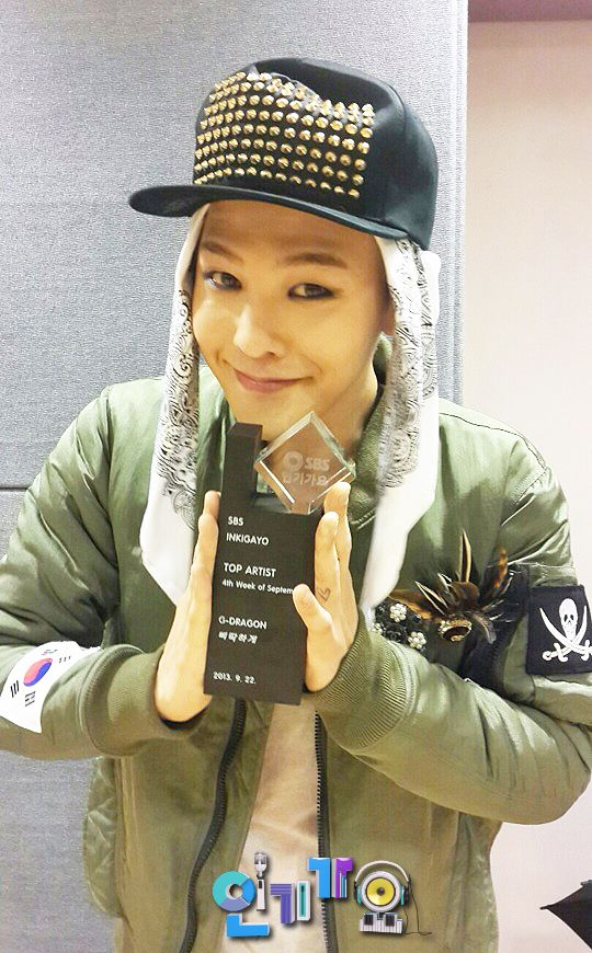 G-Dragon with his Mutizen Award from Inkigayo -- 4th Week of September (Crooked) #SOCUTE!! <3