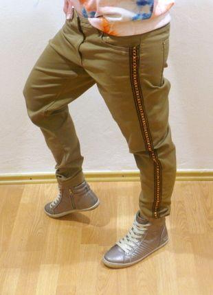Kupuj mé předměty na #vinted http://www.vinted.cz/damske-obleceni/dziny/10904452-svetle-hnede-boyfriend-jeans-s-postranim-zdobenim-na-nohavicich-hm