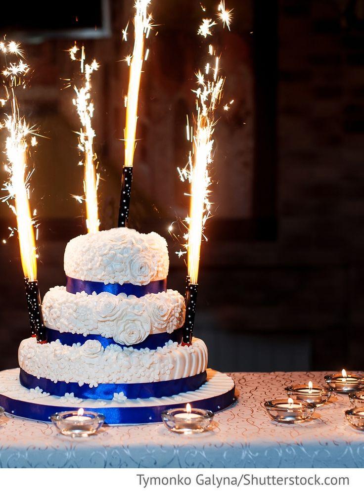 Torte blau weiß mit Kerzenfontänen für russische Hochzeiten