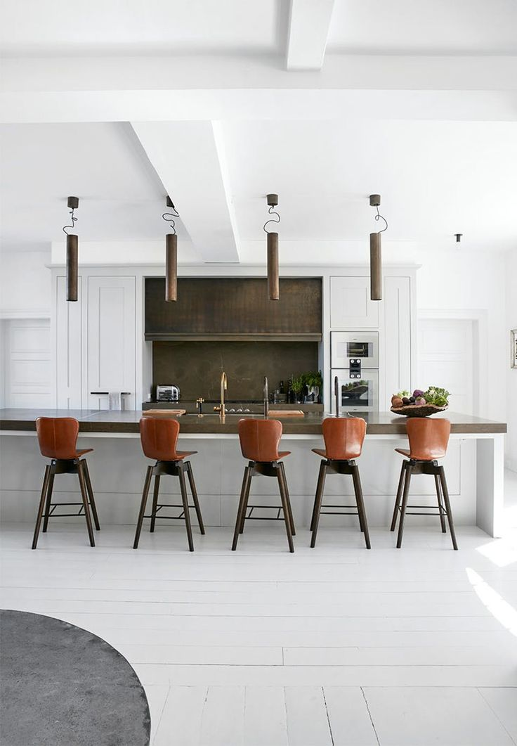 Beautiful and extravagant kitchen from the company Simonsen & Czechura. The long kitchen island is the focal point and is perfect for gathering the family.