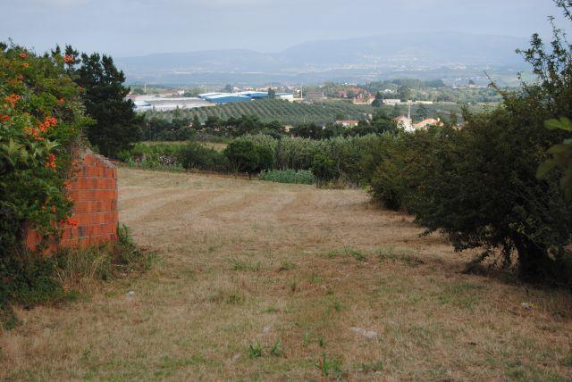 Terreno de 3.083 m2 c/ ruína - a 5 kms da Vila Medieval de Óbidos  Terreno localizado nos arredores de Óbidos, excelente vista de campo e serra, próximo das praias da região e a 55 minutos Lisboa.