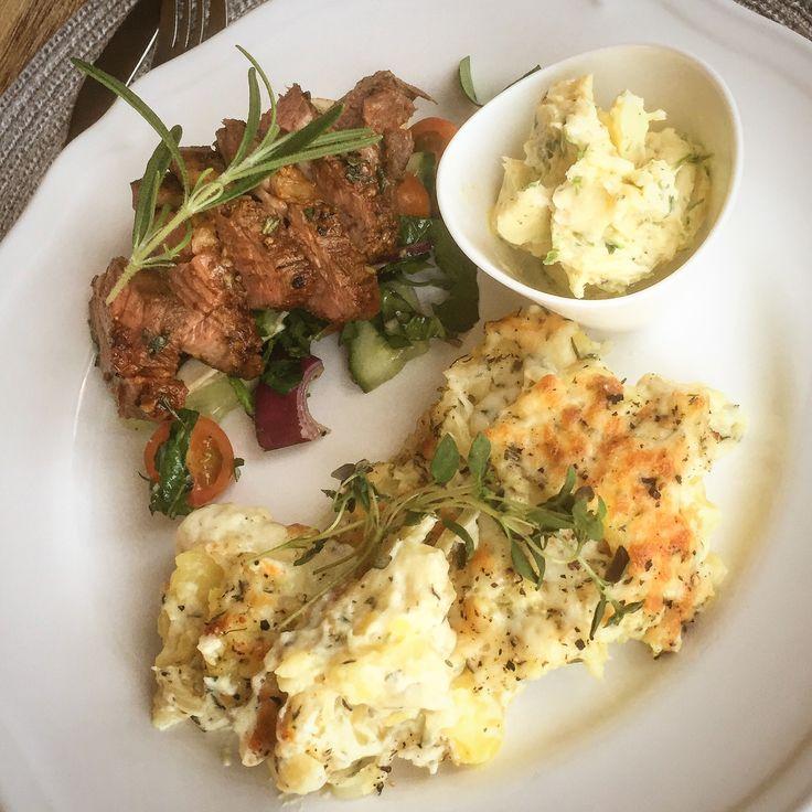 Söndagsmiddag med grillad och ugnsstekt lammentrecôte med paprika, vitlök & rosmarin. Serveras med potatisgratäng med matlagningsgrädde, vitlök & timjan & ett persiljesmör!👨🍳🍽🍗🍶🥔🍽🍴👍😍❤😀👌