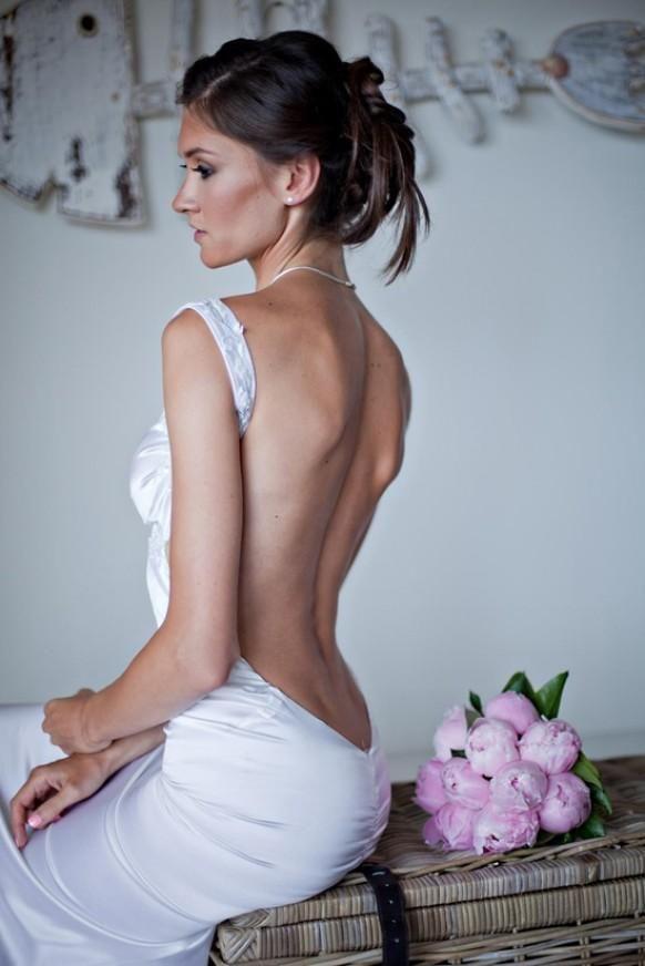 Moda dla odważnych, czyli suknie ślubne bez pleców. Jak powszechnie wiadomo każda przyszła Panna Młoda w dniu swojego ślubu chce wyglądać zjawiskowo. Dlatego projektanci prześcigają się w pomysłach, projektując oryginalne modowe nowinki. Odważną, ale zarazem bardzo oryginalną propozycją są suknie ślubne, które odsłaniają całe plecy Panny Młodej.