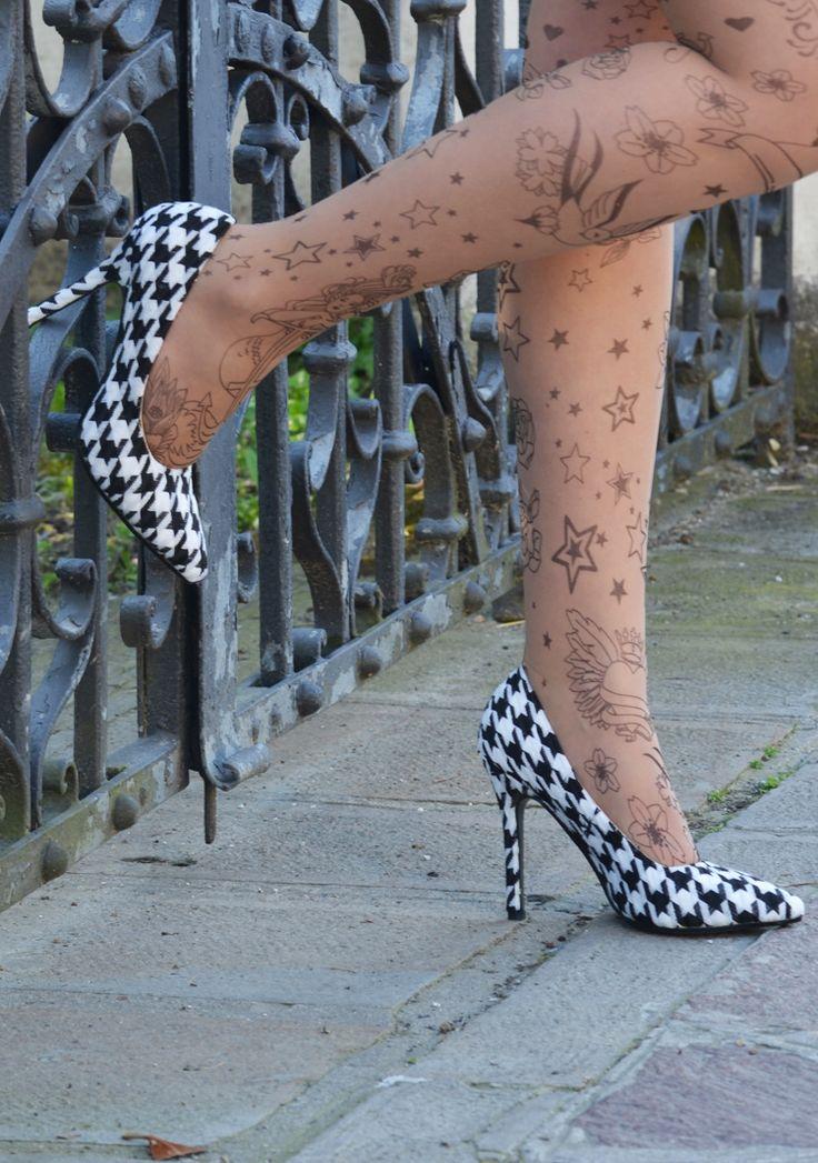 #outfit #blackanwhite #collant #tatuaggio #decolletè #pieddepoule #heels #tattoo #fashion #moda #mode #look #blogger #inspiration #photography #check #tacchi #scarpe #con tacco