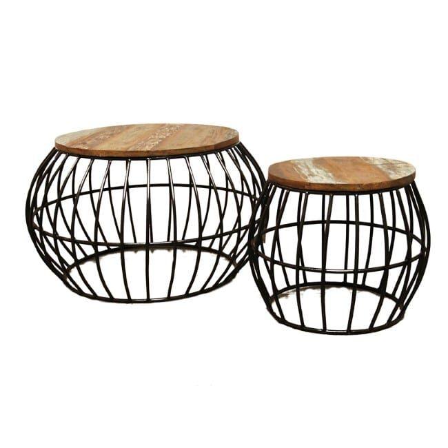 Geweldige set ronde koffietafels in mand-look uit India. Het blad is gemaakt van oud hout en heeft een mooie patina. Omdat ieder blad uniek is kan het een beetje afwijken van de afbeelding. Een bijzondere verschijning met veel karakter.    Afmeting grootste ronde koffietafel 80 x 80 x 50 cm