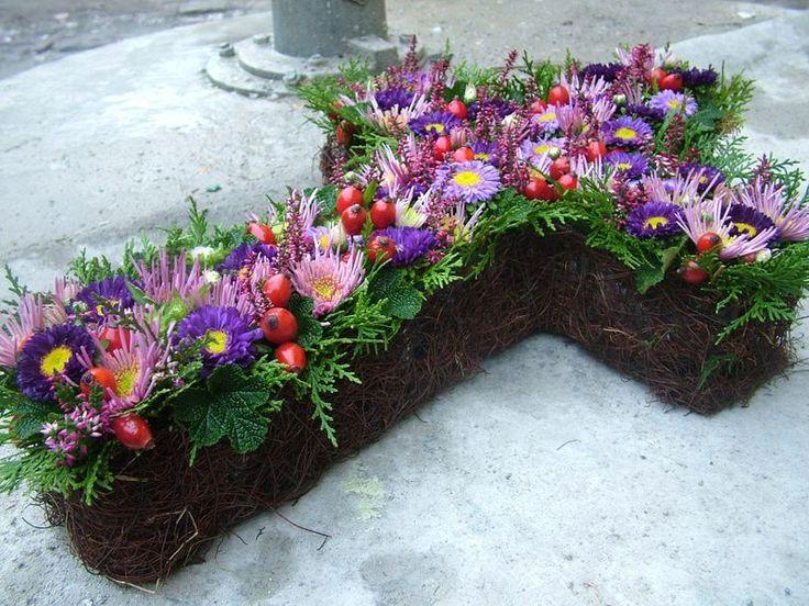 Bukiety Na Wszystkich Swietych Kwiaciarnia Wroclaw Biskupin Kwiaciarnia Artystyczna Inspiracja Kwiaty Bukiety Cemetary Decorations Floral Wreath Plants