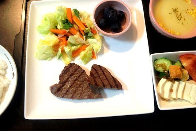 念願のグリルパンを買ってもらったので、ちっちゃいけどステーキを焼きました♪ :-) - 9件のもぐもぐ - 夕ご飯(10/1):ステーキ、温野菜(人参、キャベツ、我が家の小松菜)、豆腐サラダ(トマト+胡瓜+クルトン)、コーンスープ(ポッカ^^;)、白米、ぶどう。 by piyokoo