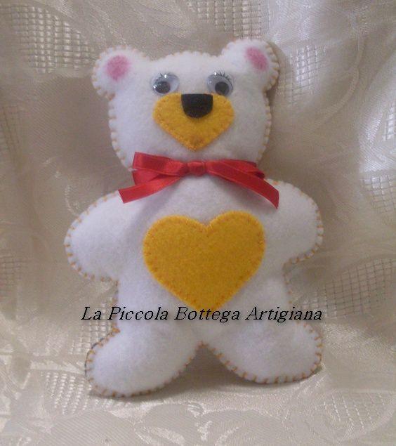 Orsetto in panno lenci bianco con pancino e musetto in panno lenci giallo ed occhietti in plastica mobili