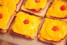 Toast Hawaii Rezept klassisch mit Cocktailkirsche. #rezept #kochen #backen #sechziger