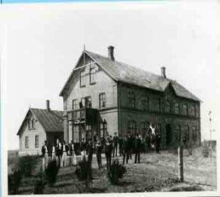 Bogø Kostskole / Bogø Realskole / før det første, vestre tårn blev opført, dvs. mellem 1893 og 1903. Kilde: Museum Sydøstdanmark. Fotonummer: 2006061F3686.